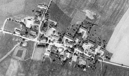 Pomezí, odkud pocházel jeho otec, na leteckých snímcích z let 1950 a 2008, dokumentujících rozsah zániku příhraniční obce