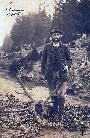 Jan II. Nepomuk Adolf kníže Schwarzenberg (1860-1938) dodal dřevo na stavbu kříže - zde je zachycen v šumavské Zátoni (Schattawa) 1.října1905 nad skoleným čtrnácterákem