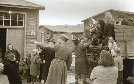 Příjezd do sběrného tábora ve Vyšném na snímku Františka Seidela z roku 1946