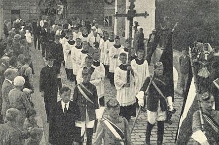 """Tzv. """"Katolický den"""" v Krumlově ve třicátých letech dvacátého století ještě provázen vlajkami buršáckých studentských spolků, které byly pak za nacistické éry rovněž zakázány"""