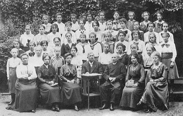 Se žačkami měšťanské školy v Českých Budějovicích tehdy sedmadvacetiletý sedí v první řadě třetí zprava jako čerstvý katecheta od roku 1904
