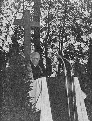 Na kněze byl vysvěcen v roce 1901 biskupem Martinem Josefem Říhou, zde zachyceným na kabinetním snímku z doby kolem roku 1885