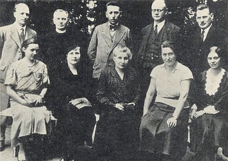 S učitelským sborem německé měšťanské školy v roce 1935 stojí druhý zprava