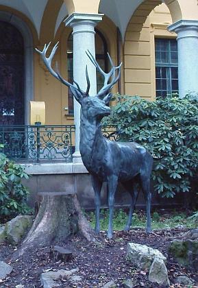 """""""Šumavskou"""" atmosféru navozuje socha jelena před Hardtmuthovou vilou"""