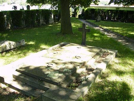 Hrabě Lamezan byl sice v zimě 1919 nakrátko pochován v rodinné hrobce, později byly ale jeho ostatky přeneseny do samostatného hrobu, jako sebevrah nemohl být uložen společně s rodinou...
