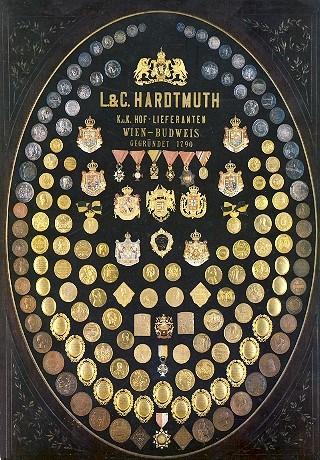 Tabló s oceněními firmy Hardtmuth