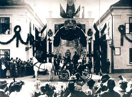 Císař František Josef I. při návštěvě firmy Hardtmuthových v Českých Budějovicích roku 1895