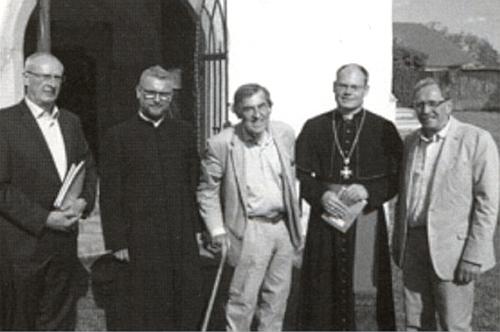 Před kostelem v Žumberku na snímku z července roku 2017 stojí zcela vpravo vedle generálního     vikáře Davida Henzla a uprostřed o hůl se opírajícího Michaela hraběte von Buquoy