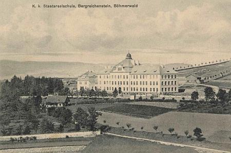 Kašperskohorská reálka na staré pohlednici