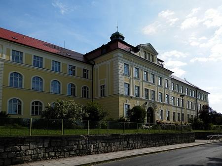 Budova stále slouží vzdělávacím účelům, dnes tu sídlí základní škola