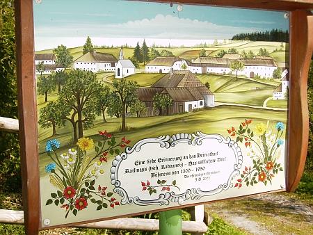 """Obraz """"nejjižnější vsi země české"""" 1300-1950. který na místě, kde stávala, vztyčili roku 2005 někdejší její němečtí obyvatelé - o pietní úpravu místa, připomínající zaniklou obec, se zasloužil Werner Lehner"""