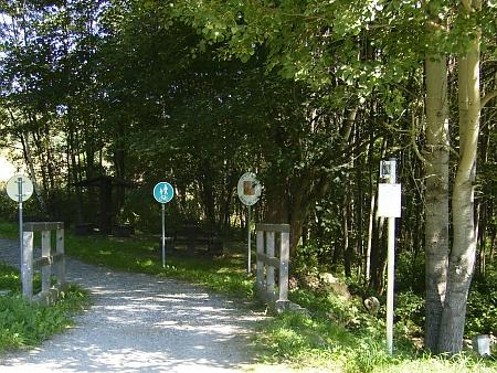 Hraniční přechod mezi Radvanovem a Radingem - tudy ujížděl na motocyklu hostinský z ukázky