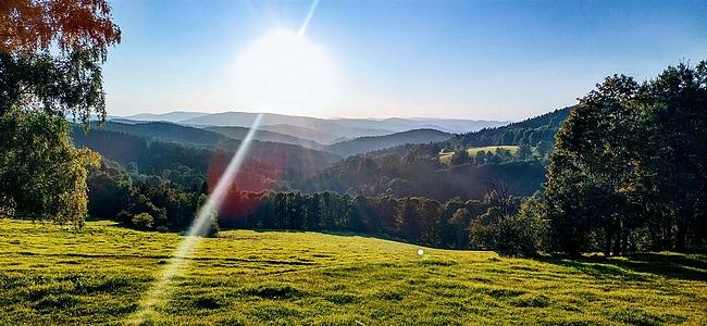 Pohled na šumavské hřebeny přes údolí Zlatého potoka u Řetenic