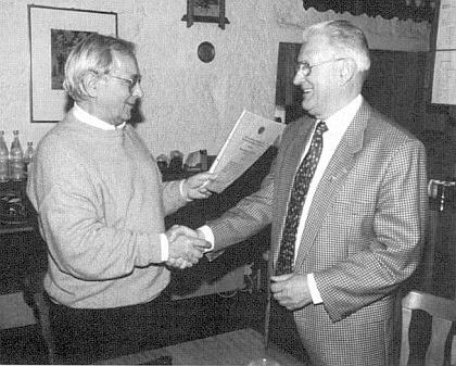 S Oswaldem Sonnbergerem, který mu předává finanční dar pro pasovské muzeum Šumavy>