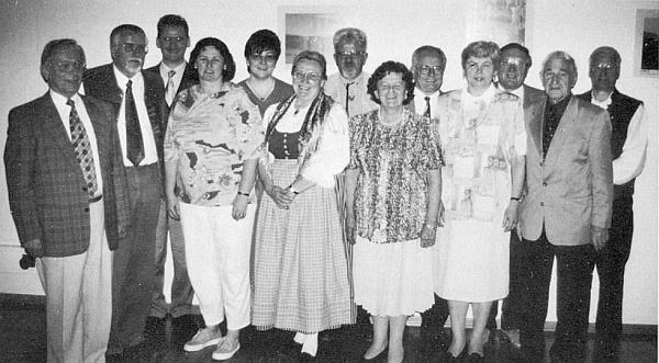 V roce 2000 stojí prvý zleva mezi členy nově zvoleného předsednictva DBB (Deutscher Böhmerwaldbund) vedle Ingo Hanse, uprostřed v šumavském kroji Olga Hartmetz-Sagerová a při ní napravo Irmgard Micková, úplně vpravo pak vidíme stát Oswalda Sonnbergera