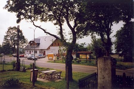 Někdejší Woldrichův hostinec (v roce 2009 U Špirků) při pohledu z okna fary, kde jsem strávil tolikero dovolených