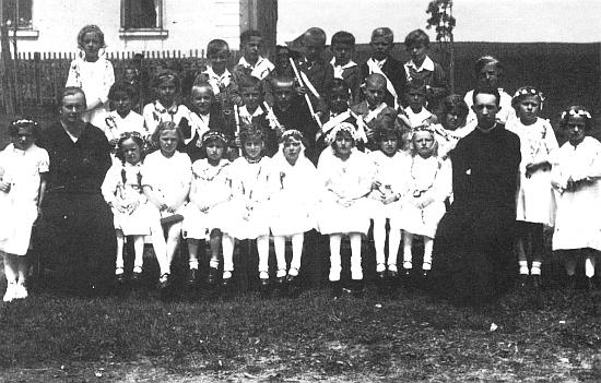 První svaté přijímání ročníku narození 1929 s panem farářem Kuschelem - Josef Woldrich stojí v zadní řadě druhý zprava