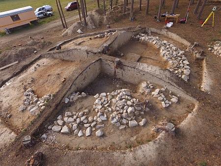 Před připravovanou stavbou dálnice proběhl v roce 2017 archeologický průzkum mohyl u Plava,...