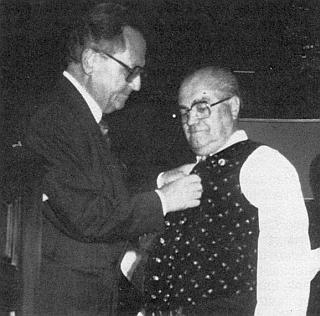 Státní tajemník Gustav Wabro mu roku 1988 v Heidelbergu připíná Spolkový záslužný kříž se stuhou