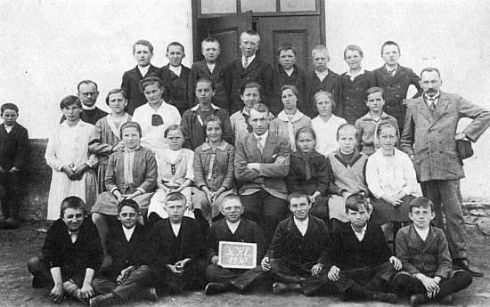 Tady se na jedné školní fotografii z roku 1930 sešli ve Zbytinách Hubert Woldrich (sedící uprostřed druhé řady) adědeček Franz Petter (stojící zcela vpravo)