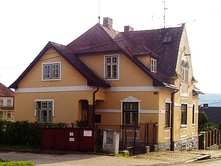 Dům čp. 194 v dnešní hornoplánské Jiráskově ulici, kde Woldrichovi žili