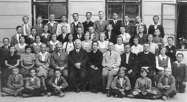 Tatínek roku 1936, deset let před odsunem, jako hornoplánský učitel (sedící třetí zleva)