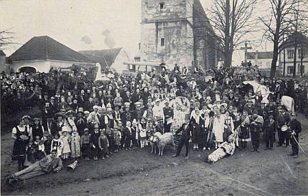 Masopustní průvod v Rychnově u Nových Hradů v roce 1936