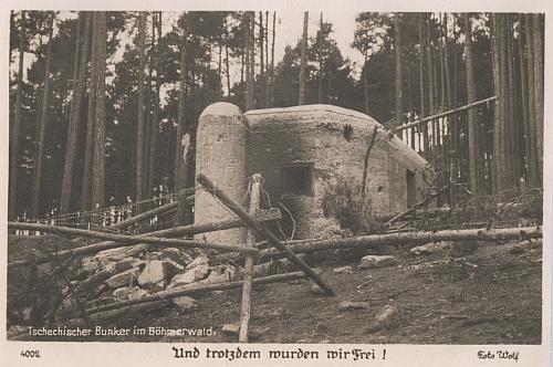 """Na pohlednici firmy Foto Wolf je zachycen bunkr u Křenova a text hlásá, že """"navzdory tomu jsme byli osvobozeni"""""""