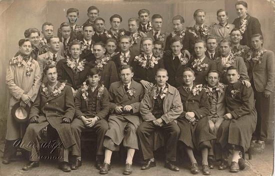 Fotografie z válečného roku 1940 z krumlovského ateliéru jeho otce: odvod ročníku 1922