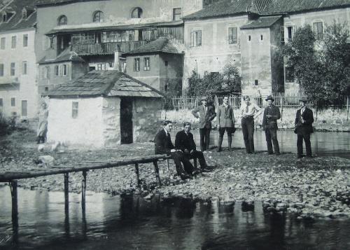 Na snímku vidíme otce Josefa Wolfa s jeho syny a spolupracovníky, Franz Wolf je snad ten třetí zprava, na břehu řeky Vltavy, protékající Českým Krumlovem