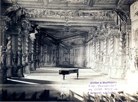 Tento snímek z roku 1906, zachycující jeviště zámeckého divadla v Českém Krumlově, je opatřen razítkem jeho firmy