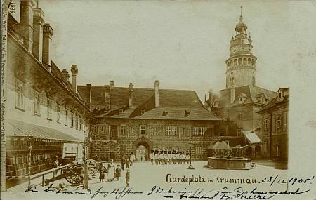 Ze stejného roku je tato pohlednice zámeckého nádvoří s granátnickou gardou