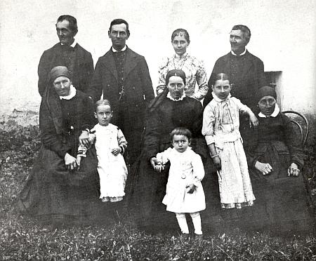 Jeho snímek zachycuje rodinu Mugrauerovu ze Spolí (Pohlen), stojící druhá zprava tu stojí jeho pozdější manželka Magdalena