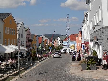 Náměstí ve Waldkirchen - hostinec Meindl, kde vznikl dopis v ukázce, stále funguje, je to ta žlutá budova čtvrtá zleva v levé řadé domů