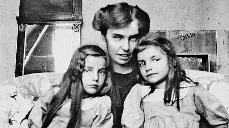 Hanna Wolfskehlová s dcerami na pohlednici, jejímž adresátem byl Stefan George