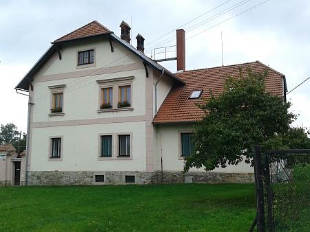 Čp. 1 ve Velechvíně slouží i dnes lesní správě - budova na místě rodného domu je z roku 1901