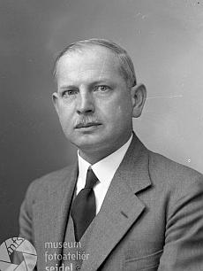 Na dvou snímcích z fotoateliéru Seidel, datovaných 8. května 1937