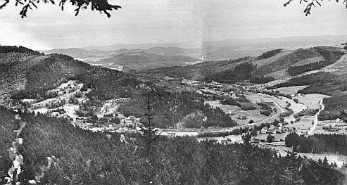 Pohled z Medvědí hory do údolí Vltavy s Loučovicemi
