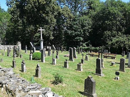 Kostel a hřbitov ve Zvonkové v roce 2015