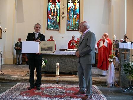 při převzetí čestné občanství města Horní Planá z rukou starosty Jiřího Hůlky v kostele ve Zvonkové