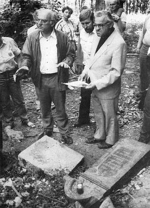 """S tehdejším českobudějovickým biskupem Miloslavem Vlkem, pozdějším primasem českým a kardinálem, v roce 1990 při prohlídce hřbitova ve Zvonkové, oba v brýlích, """"aby lépe viděli"""""""