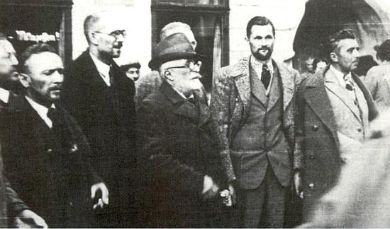 """Na snímku krumlovských rukojmích, propuštěných po záboru pohraničí československými úřady na podzim 1938 po přijetí mnichovské """"dohody"""", je on ten stařec v klobouku uprostřed, napravo od něj stojí Ernst Holzinger"""