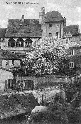 Dům čp. 21 (někdejší městská věž) z českokrumlovského Latránu na staré pohlednici