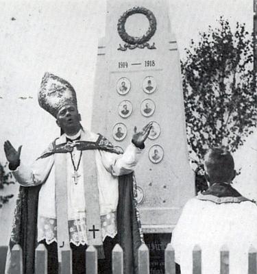 Generální vikář Mathias Wonesch při vysvěcení památníku padlých v jeho rodném Velkém Ratmírově