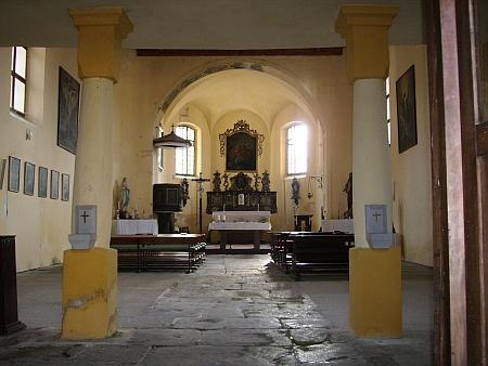 Vnitřek kostela v Srní na fotografii z roku 2008, kde je ovšem Madona z Hauswaldské kaple na bočním oltáři nalevo