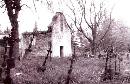 """Už zdevastovaný historický hřbitov v Srní byl """"orwellovského"""" roku 1984 doslova """"vybagrován"""" těžkou technikou"""