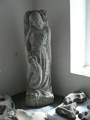 Plastiky ze hřbitova v Srní, dnes umístěné v kašperskohorském Muzeu Šumavy