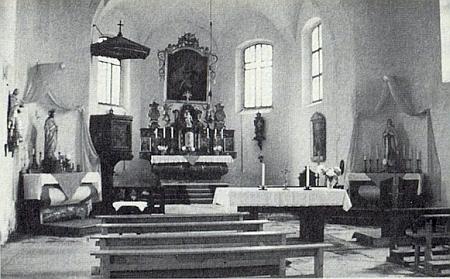 Interiér farního kostela v Srní, vpravo na mariánském oltáři trůní Madona ze zbořené Hauswaldské kaple, kteréžto soše, ačkoli je zhotovena z porcelánu, byla při vyhození objektu do povětří toliko údajně jen zlomena pravá ruka