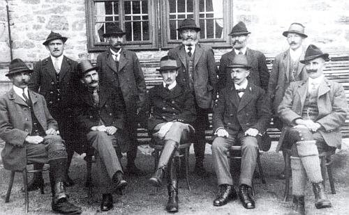 Její otec na Svatém Tomáši s ostatními hajnými a lesními zdejšího revíru ve schwarzenberských službách (prvý zleva)