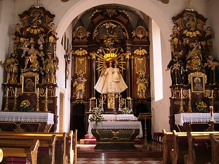 Worathova socha Panny Marie s Jezulátkem na oltáři poutního kostela Maria Trost u Rohrbachu
